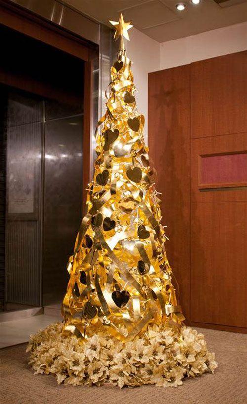 L'albero di Natale è la decorazione per eccellenza delle festività. La bella tradizione di addobbare l'albero di Natale l'8 dicembre unisce tutta la famiglia già qualche settimana prima, nella scel…