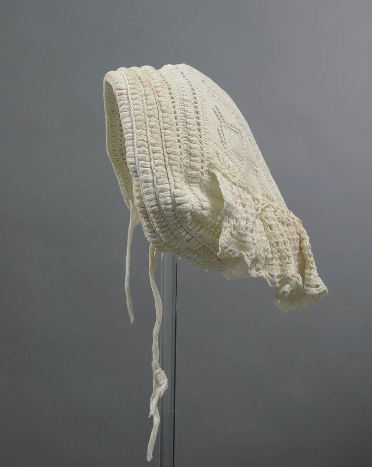1900-1954 Daagse muts of huismuts met gebreide bol en gehaakte stroken. Haakmuts vertoonde kleine verschillen van herkomst. Deze draagster werd geboren in Poortvliet op Tholen. Na haar huwelijk verhuisde zij naar Wateringen (tuindersbedrijf). Thoolse dracht bleef zij tot de dood 1954 trouw. Haakmuts werd direct op haar gedragen. De muts werd boven op hoofd met haarspeld in noppenrand vastgezet. Nekstrook werd gesteven en stond daardoor wat van hoofd af. #Tholen #Zeeland