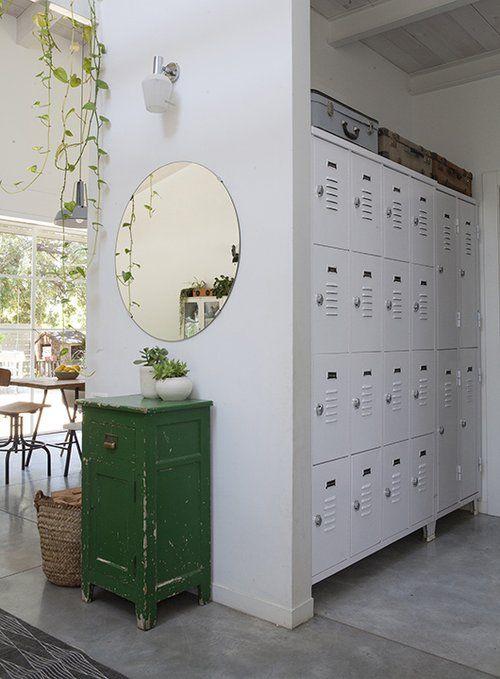 לוקרים לאחסון בכניסה לבית מבטאים את התפיסה הפרקטית בעיצוב בית למשפחה עם שלושה בנים צעירים | צילום: הגר דופלט