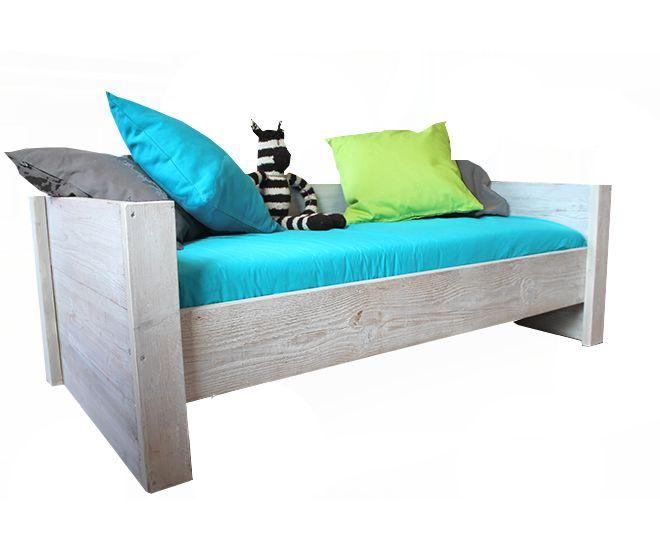 Junior bedbank annex buro!Met matrasmaat 70x150 cm inclusiefbedbodem. Als je kind uit dit bed gegroeid is kan het bed worden omgebouwd tot een fijn buro met een groot buroblad van 163 x 55 cm.Je kunt er eventueel ook een nachtkastje op wieltjes bijbestellen... dit kun je dan later onder je buro gebruiken als opbergkastje.