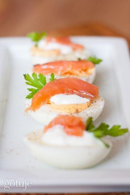 Jajka z wędzonym łososiem