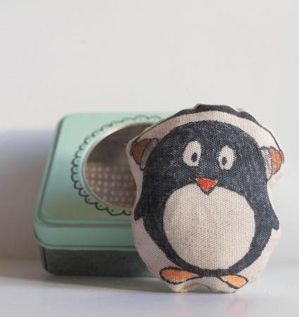pingvinen Boo som elsker musikk.. håndtegnet tekstil dukke i tinnboks med pute