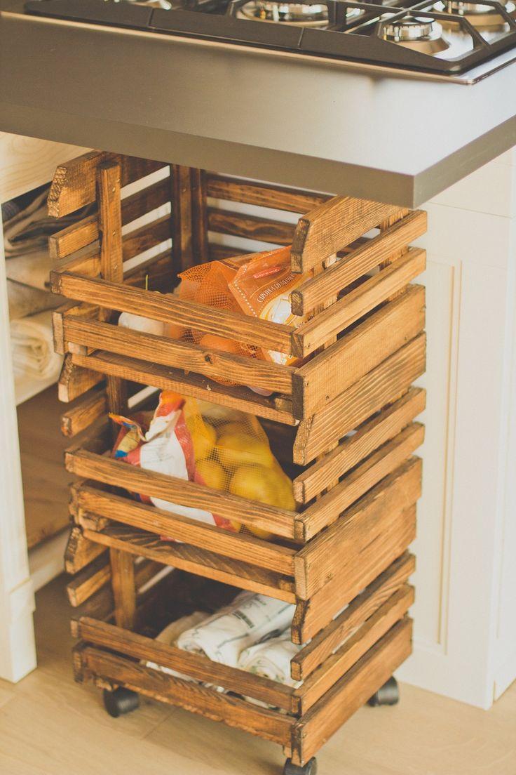 Nell'abitazione di stile rustico ricavata da una cascina risalente ai primi del 1900 sono i mobili e gli accessori d'epoca restaurati e quelli di recupero a caratterizzare l'arredamento, in abbinamento ai materiali naturali scelti per il rivestimento di pavimento e pareti. Il risultato è un ambiente molto accogliente con suggestive atmosfere d'altri tempi.