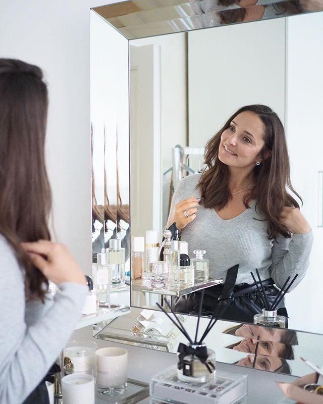 """Oh my, who is that short haired woman? No sehän olen minä ja ilman """"niskamarsuja"""". Luonnonkutritaiteilija @ponnarikielto laittoi habituksen ihan uudelle tasolle samalla kun 10 senttiä hiuksia tipahti lattialle. Hei hei marsut ja paksut hiukset! #longbob #naturalcurls #nobadhairdays #folkhelsinki"""