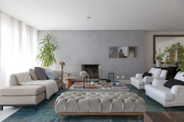 A base do projeto é neutra, mas para dar personalidade, a designer Karina Salgado apostou em papéis de parede e acessórios com cores, estampas e texturas