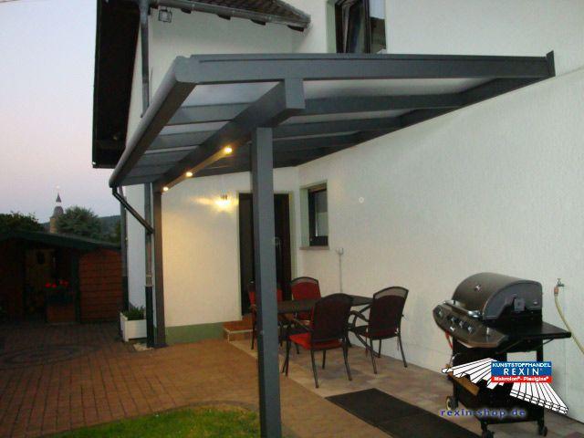 Cool Ein Alu Terrassendach der Marke REXOclassic m x m in anthrazit mit REXOclear Eiskristrall Stegplatten RegenrinneIntegriertAnthrazit Beleuchtung