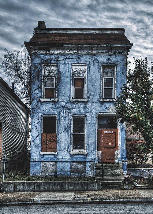 Verlassenes blaues Haus – North St. Louis Leinwanddruck / Leinwand Kunst von Dylan Murphy