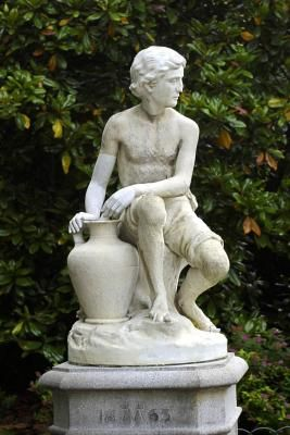 What Spray Paint Do I Use on an Outdoor Concrete Statue?