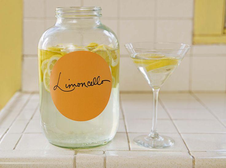 Limoncello zelf maken moeilijk? Echt niet! Met dit recept van de website Brit.cois het enige wat je nodig hebt citroenen, suiker, wodka en water, en natuurlijk de nodige portie geduld. Schil met een dunschiller de citroenen en bewaar alleen de schil. Omdat je hier de smaak uithaalt, raden we je aan om biologische citroenen te …