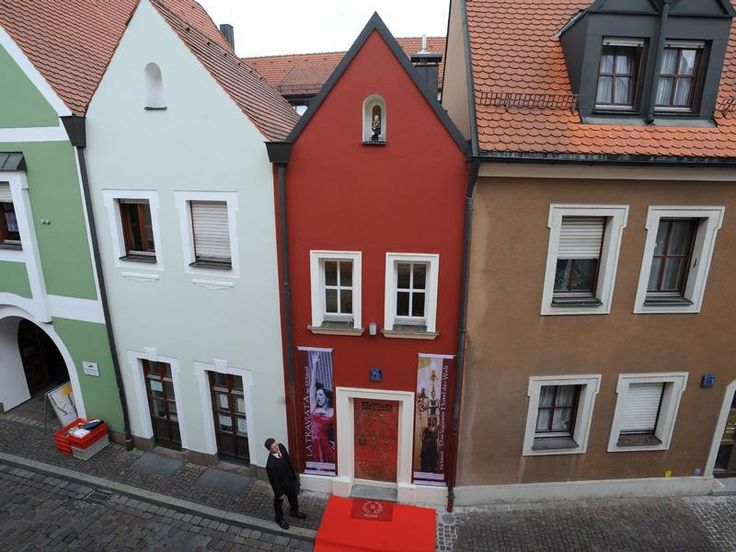 Самый маленький отель в мире имеет ширину фасада 2,5 метра, а общая площадь двух-этажной «крохи» составляет всего 53 м2. Несмотря на столь малые размеры, отельчик оснащен всем необходимым для приятного времяпровождения, в том числе современным телевизором и собственным мини-спа. Отель Eh'haeusl или «Свадебный дом» находится на одной из старых улочек баварского города Амберг, в Германии. Этот весьма небольшой домик был построен в 1728 году парой молодых людей, планирующих связать свои судьбы…