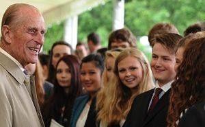 """Queen Elizabeth II. und ihr Mann Prinz Philip, Duke of Edinburgh sind aktuell zu Besuch in Deutschland. Wusstet ihr, dass Prinz Philip von 1933 - 1934 Schüler in Salem war? 1956 gründete er gemeinsam mit Kurt Hahn (Schulgründer Salems) den """"Duke of Edinburgh´s Award"""", an dem sich mittlerweile 60 Staaten weltweit beteiligen. Salem hat jedes Jahr mit Abstand die meisten Teilnehmer in Deutschland."""