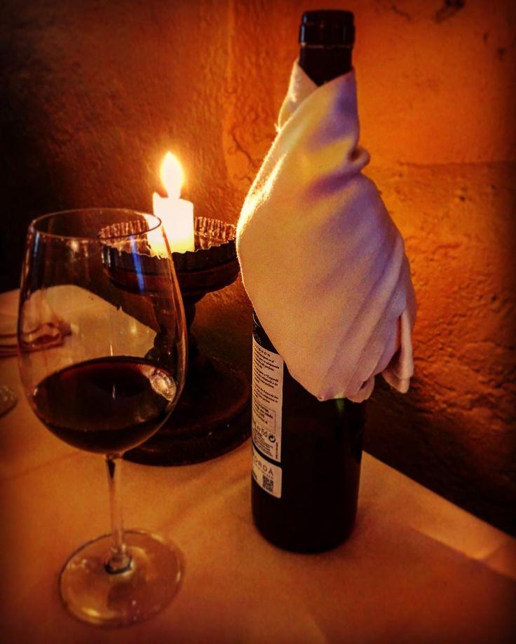a veces disfrutar del amor es solo eso....un buen vino la penumbra de una vela y la mejor compañia.