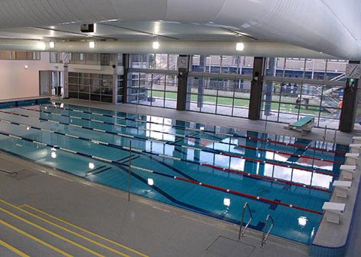 Voilà notre piscine! Il a construit en 2009 et c'était un moment important dans l'histoire de l'école. La piscine est située dans l'immeuble de sports et nautiques près de l'école primaire. Il y a cinq couloirs et un plongeoir. Nous utilisons cette piscine à faire les courses de natation. Vous pouvez aussi faire des cours de natation. Cet immeuble a beaucoup d'équipements sportifs dans le gymnase comme des tapis de course, des vélos et des poids.