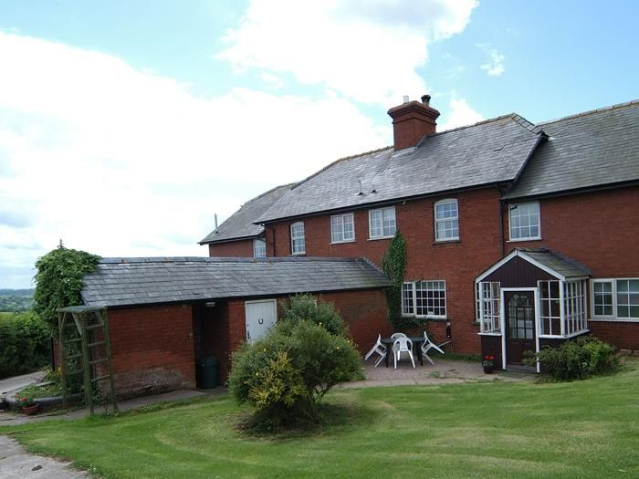 9 Bedroom Cottage in Bromyard to rent from £1550 pw. With Fireplace, TV and DVD.