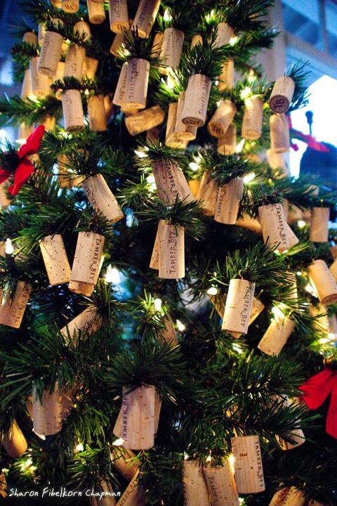 Idea simpatica per addobbare il vostro albero di #Natale con i tappi di sughero! #sosvino @Rebecca Porter Vino Srl