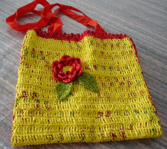boodschappentas van gele plastic zakken