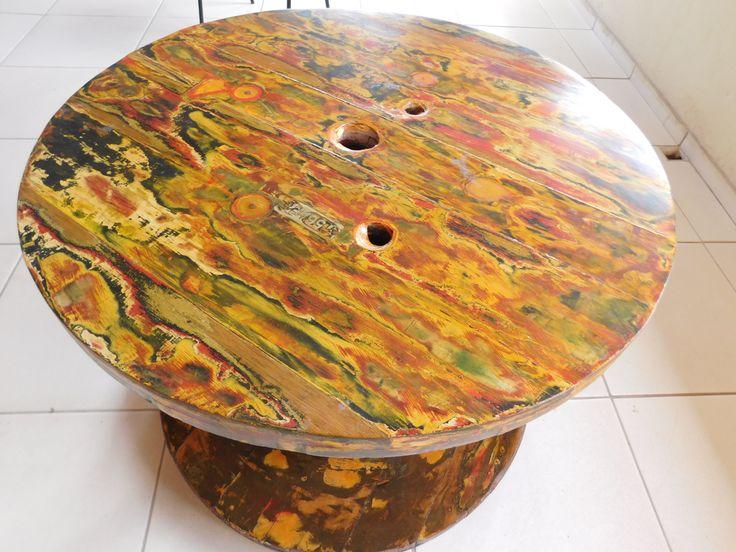 Mesa de madeira reaproveitada, essa peça foi concebida a partir de uma bobina de cabo de energia dispensado em canteiro de obras.