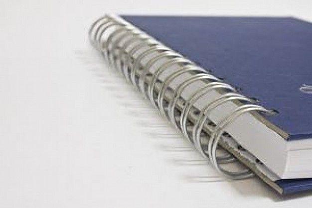 Cahier à reliure spirale et couverture bleue wih Photo gratuit