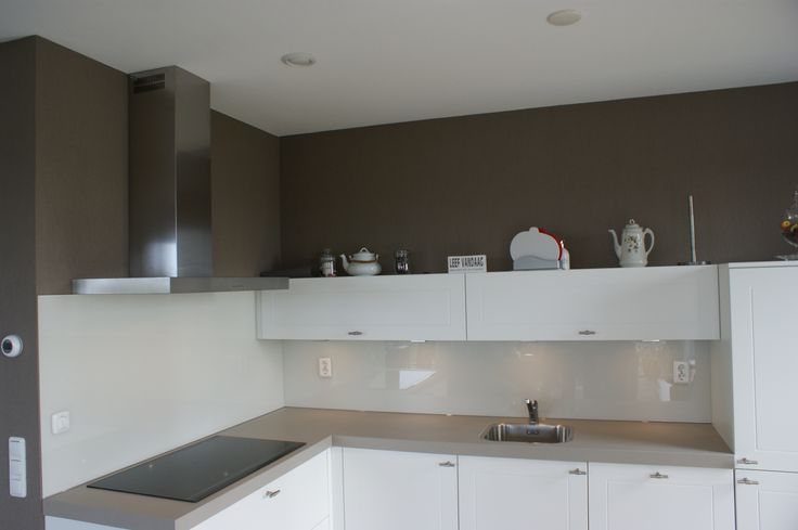 Glazen Achterwand Keuken Eindhoven : Zacht witte glazen achterwand op een taupe muur #keukenglas #