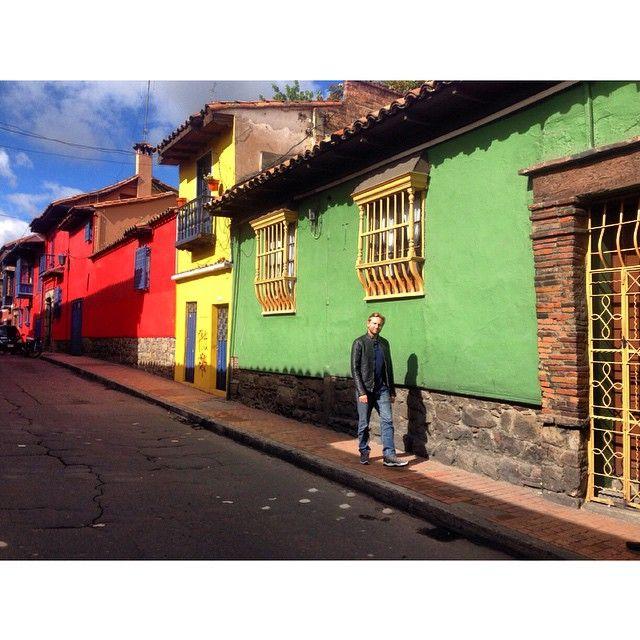 La candelaria esta llena de colores que cuentan la historia de Bogota entre fiestas y susurros. www.alegriashostel.com