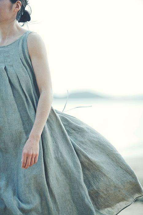さらり肌になじむふわり風をはらむ気持ちよいリネン服の着こなしコーディネイト