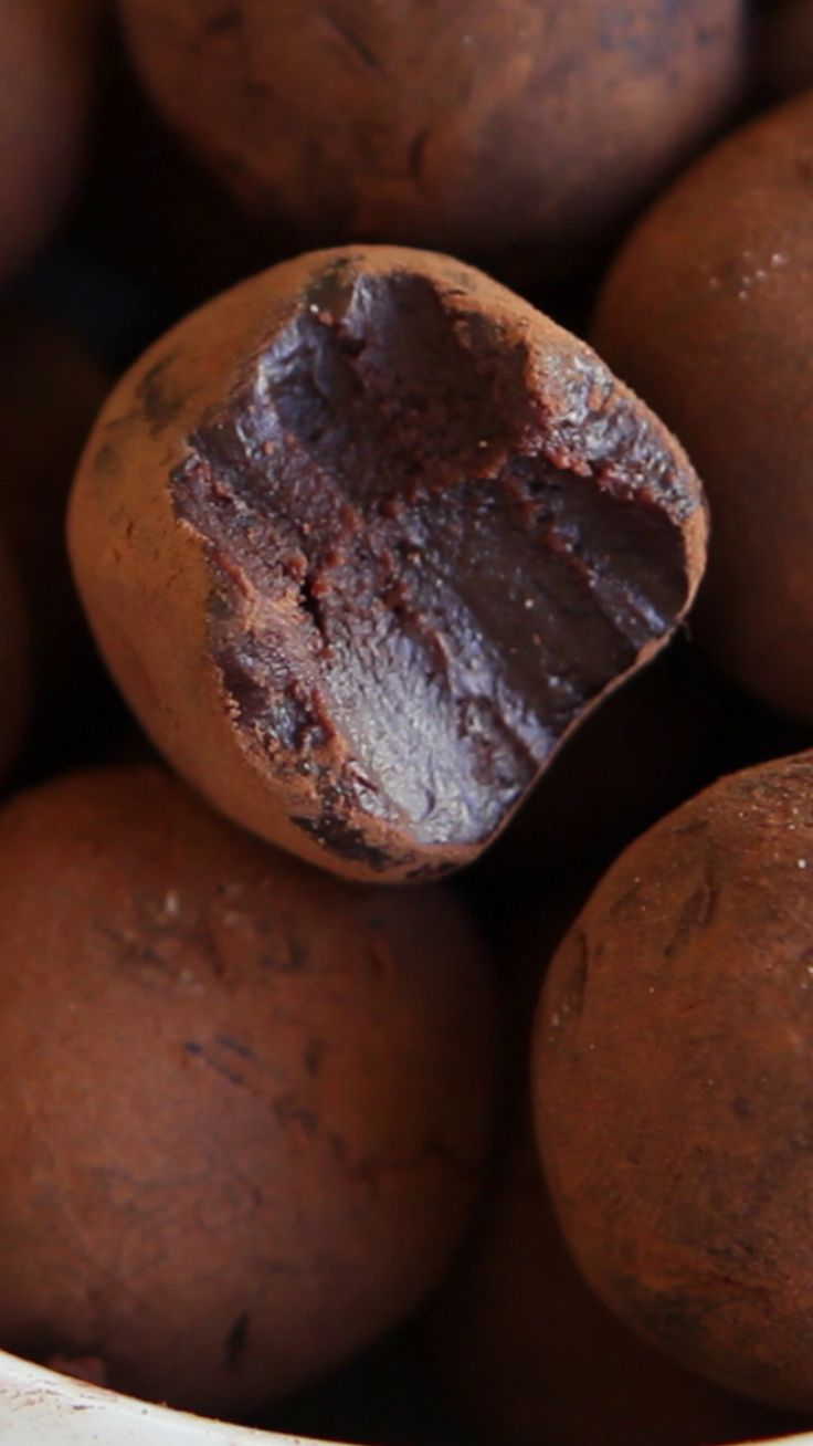Recipe with video instructions: A whisky and salted caramel infused chocolate truffle, perfect for any occasion. Ingredients: ½ cup (125 mL) heavy cream, ½ cup (125 mL) salted caramel, 4 tbsp (50 g) unsalted butter, cubed, 300 g (10.5 oz) bittersweet chocolate, roughly chopped, 1 tsp instant espresso powder, 1 tsp sea salt and more for sprinkling, unsweetened cocoa powder (about ½ cup- 40-50 g) for coating, ½ cup (125 mL) salted caramel (store-bought, or homemade - ingredients below!)…