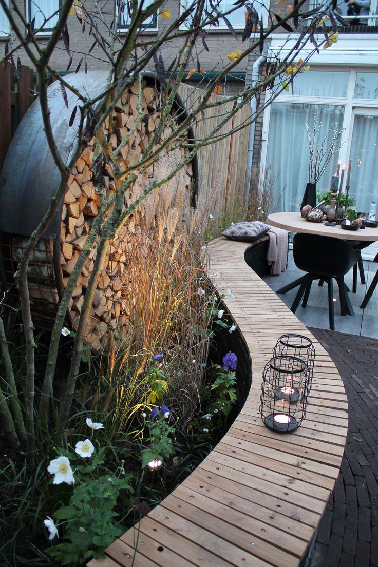 Geschwungene Sitzbank im Garten aus Holz
