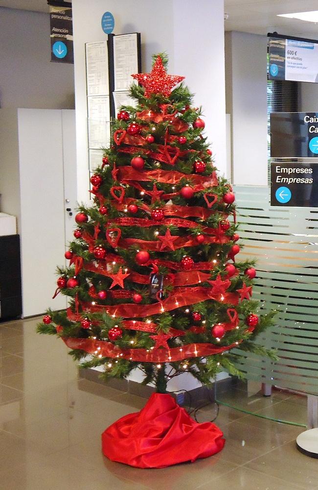 Árbol de navidad rojo en una oficina de La Caixa de Estalvis i Pensions en el Maresme, Barcelona