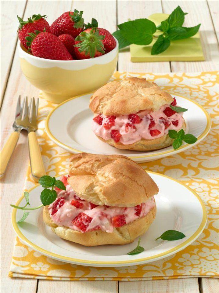 Frischkäse ist zwar Käse, passt aber wie bei Cheesecake ganz hervorragend zu Süßem, wie zu diesen Windbeuteln mit Erdbeer-Frischkäse-Füllung.