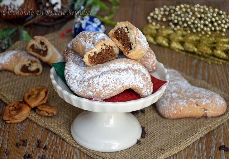 Buccellati di fichi          Ingredienti per l'impasto:             - 1kg di farina 00                          - 300 g di zucchero                       - 110ml di acqua                          - 300 g di strutto                           - 3uova                                           - 1bustina di vanillina                 - 1bustina di lievito per dolci      - 1/2 bottiglietta di aroma di arancia                          Ingredienti per il ripieno:              - 1 kg di fichi…