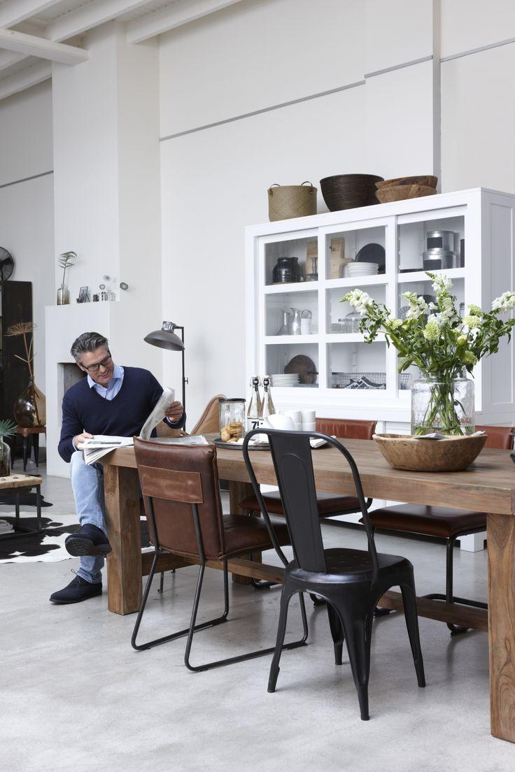Tafel van teak hout, vitrinekast Anne en stoelen van o.a. Jess Design. #hetkabinet #bunnik