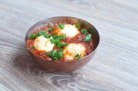 Indische eieren in pittige rode saus; een lekker bijgerecht als onderdeel van de Indische rijsttafel. Ook lekker met brood tijdens de lunch.