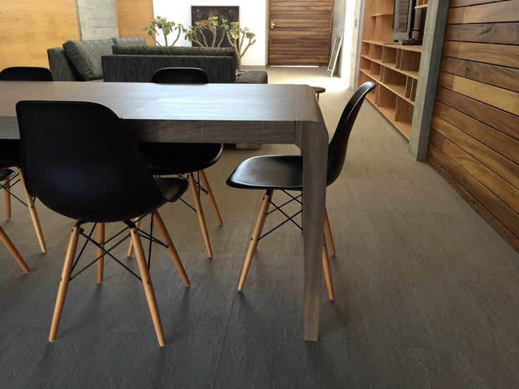 El Comedor de Isela con sillas Eames negras. #TuEspacioLASDDI #InteriorDesign #Lasddi.com
