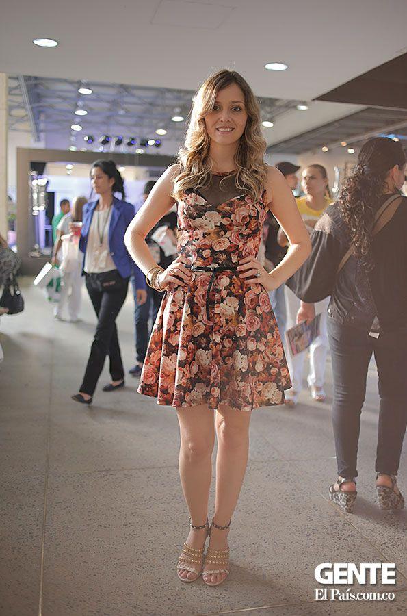 El estampado floral es muy femenino y dulce, pero a la vez muy atractivo. Tatiana moreno nos presenta un vestido con este estampado, con un escote de tipo corazón en encaje, que le da un toque sensual al look. http://elpais.com.co/gente