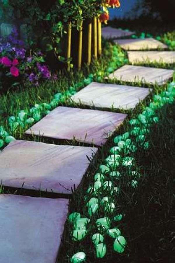 Peinture phosphorescente pour illuminer les bords de l'allée de jardin