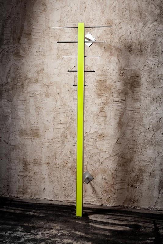 Stumtjener i en  kombination af lime og aluminium. Ti knager og en bøjlestang til seks bøjler.