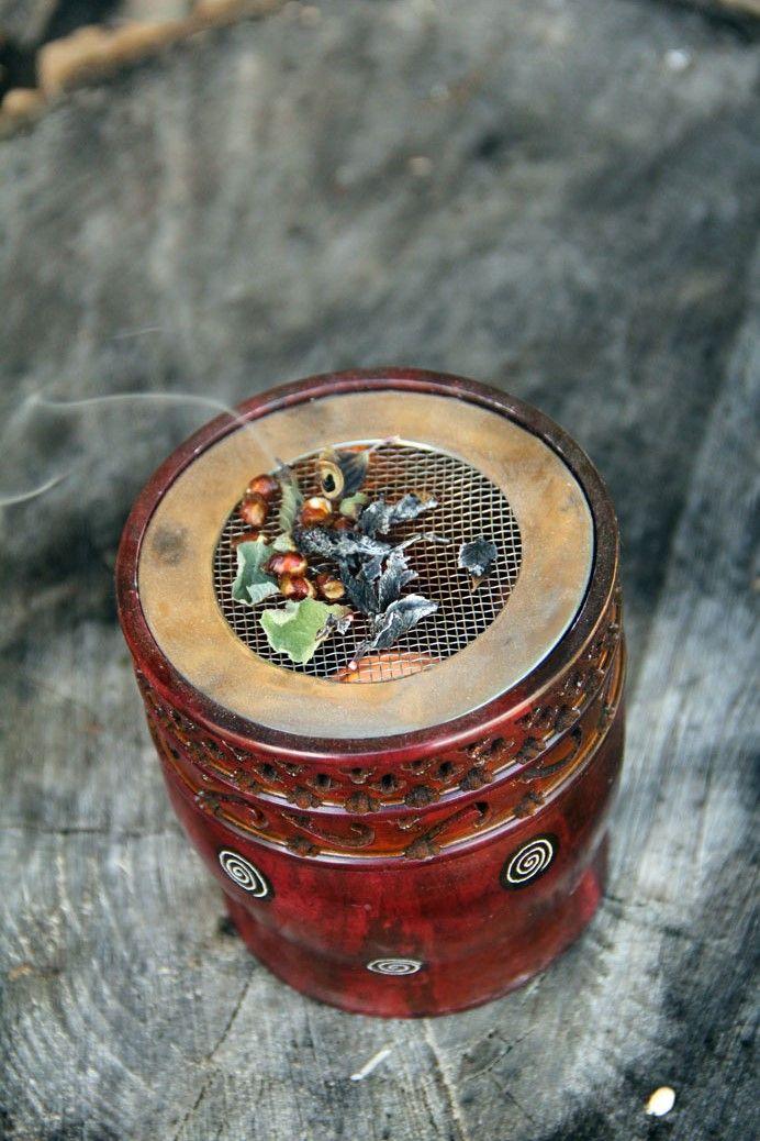 Zelf geplukte wierook kun je in huis branden op een speciale wierookbrander.