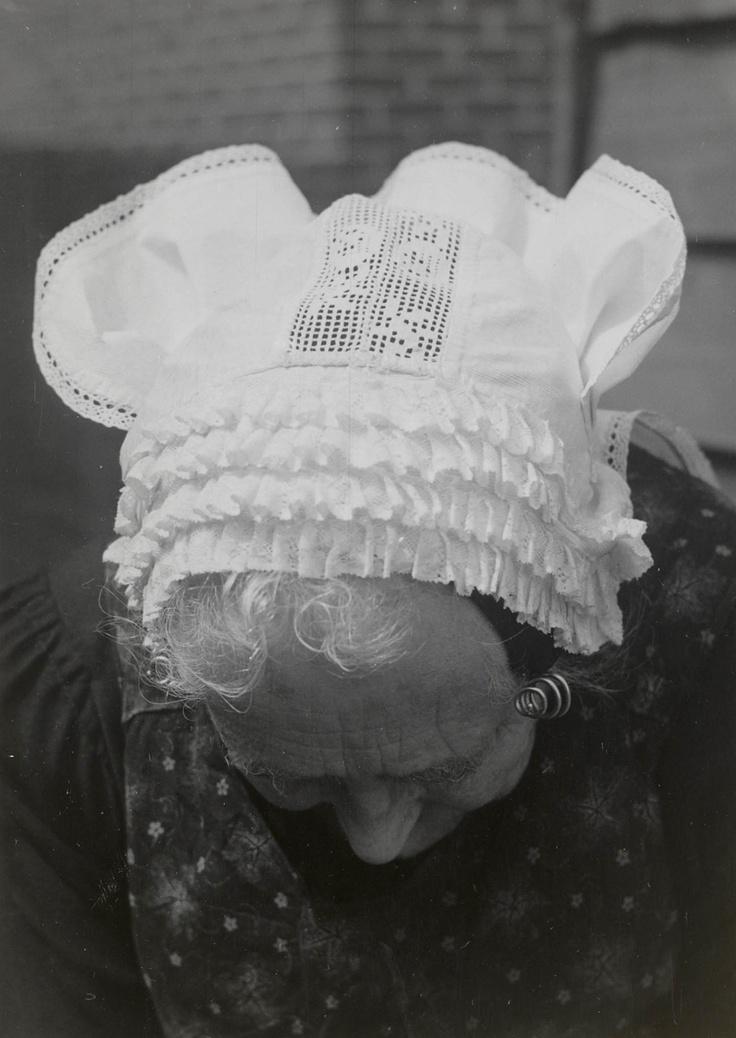 Weduwe Van der Bijl uit Oosterland in Duivelandse dracht.    De vrouw draagt haar daagse muts, welke 'puupmuts', 'jodinnemuts' of 'steedse muts' wordt genoemd. Onder deze muts wordt een zwarte ondermuts met een oorijzer gedragen. Aan de uiteinden van het oorijzer zijn kleine gouden krullen bevestigd. De muts is vervaardigd van wit piqué.
