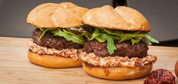 Deze burger is speciaal geworden door de tomaat en spek mayonaise. Zo krijg je een hele dikke en smaakvolle saus die een redelijk simpele hamburger geweldig maakt.