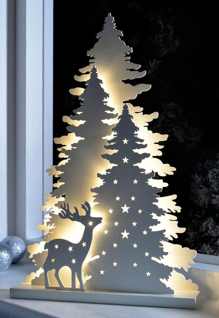 Diese bezaubernde Szene aus Holz bietet einen Baum und ein Rentier im Wald und besticht zudem durch stimmungsvolle Beleuchtung in der Weihnachtszeit, zum Beispiel im Wohnzimmer oder Fenster.