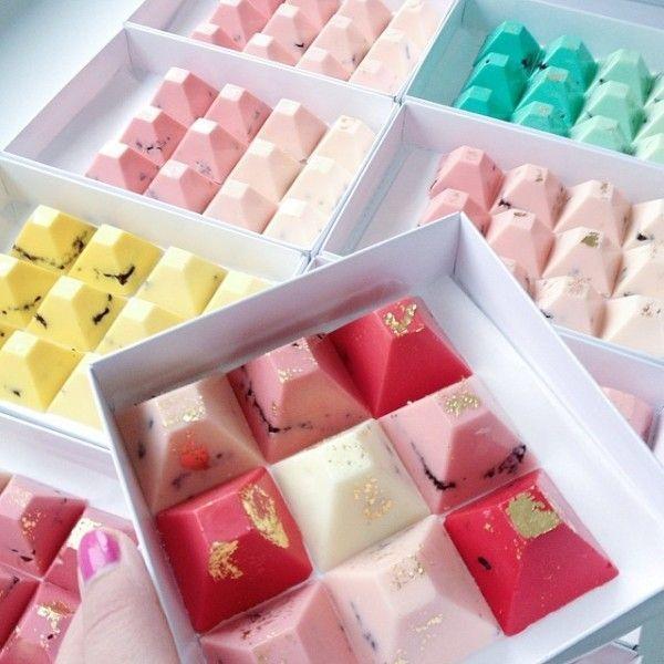 色とりどりでかわいいチョコは見た目も味もGOOD♪結婚式で人気の引き菓子一覧♪ウェディング・ブライダルの参考に♡
