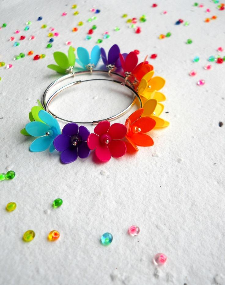 Jarní kroužkohraní... Kruhové náušnice zdobí šest kvítků z barevných plastických hmot. Kruhový náušnicový základ - obecný kov.