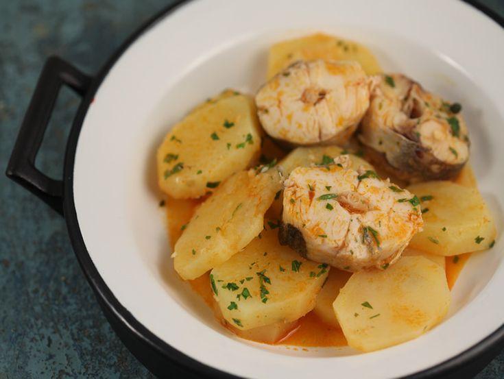 Merluciu cu cartofi in sos de usturoi