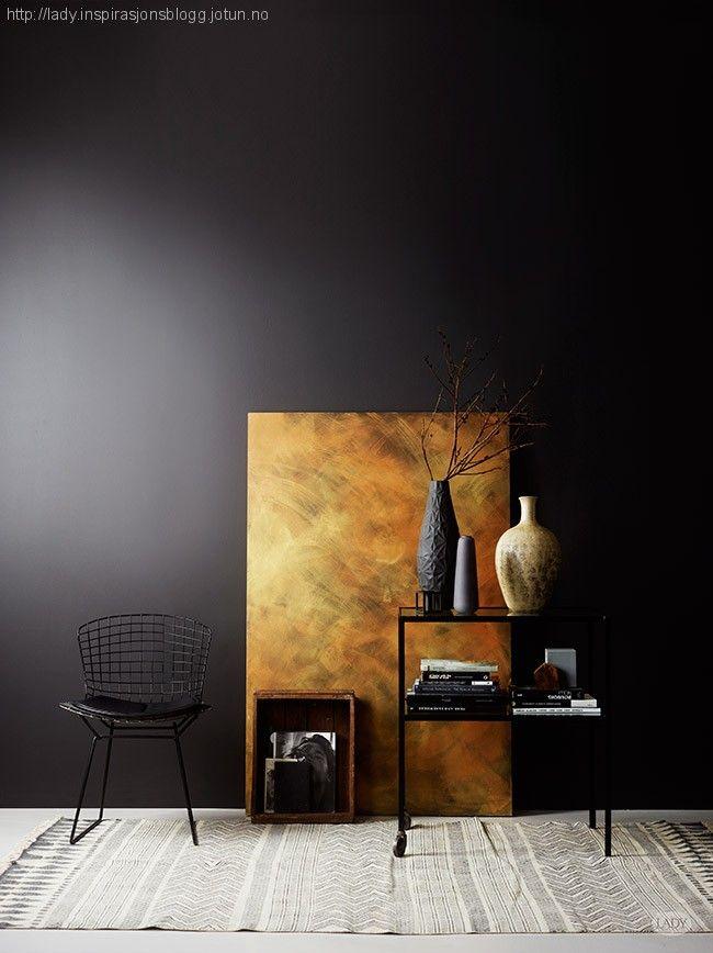 Vegg: LADY Pure Color 9938 Dempet sort. Dekorplate: To strøk LADY Pure Color 9938 Dempet sort+ LADY Design 10509 Gulleffekt og 10510 Kobbereffekt.