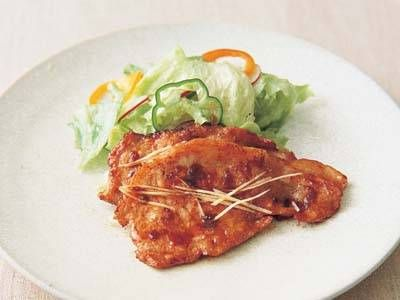 Similar to 2014Apr14which Noguchi Hideko uses katakuriko instead of flour.  Both marinade 5 mins.  Be sure pork is room temperature. Fry about 1 minute both sides. [しょうが焼き] 料理レシピ|みんなのきょうの料理 this one adds mirin sounds better