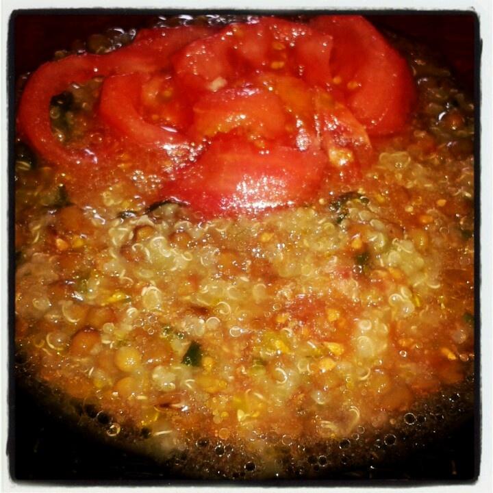 Guiso de lentejas con quinoa y tomate