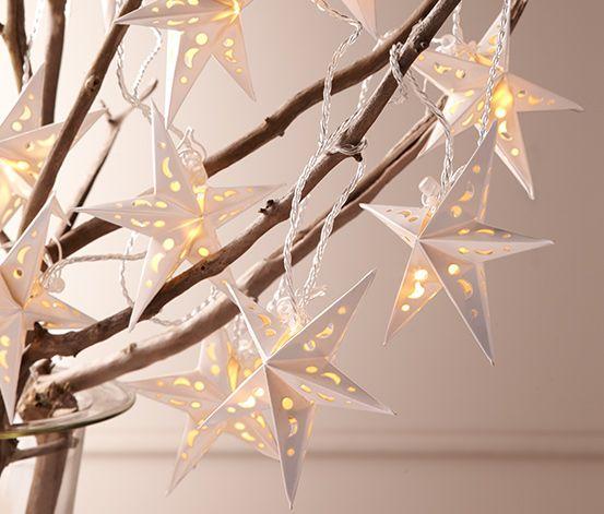 399 Kč Světelné řetězy lze používat tolika způsoby a s minimálním úsilím vytvoří v každé místnosti vánoční atmosféru. Tento pěkný světlený řetěz s 10 papírovými hvězdami vydává díky LED diodám příjemné teplé bílé světlo.