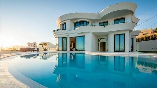 esta es una super casa donde un buen arquitecto hizo posible crearla, un buen esfuerzo de parte de los trabajadores