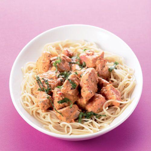 Spaghetti met verse tonijn in tomatenroomsaus, uit het kookboek 'Tonijn' van Thea Spierings. Kijk voor de bereidingswijze op okokorecepten.nl.