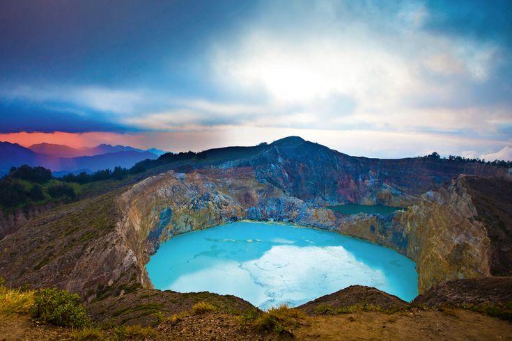 Isola di Flores: le acque azzurrissime del lago di Tiwu Ko'o Fai Nuwa Muri (dei giovani e delle fanciulle), nel cratere del vulcano Kelimutu. Lo scatto, di Aldo Pavan, è stata pubblicata nel servizio sull'Indonesia di DOVE, dicembre 2015.
